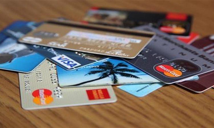 Lebih Baik Belanja dengan Kartu Debit atau Kartu Kredit?